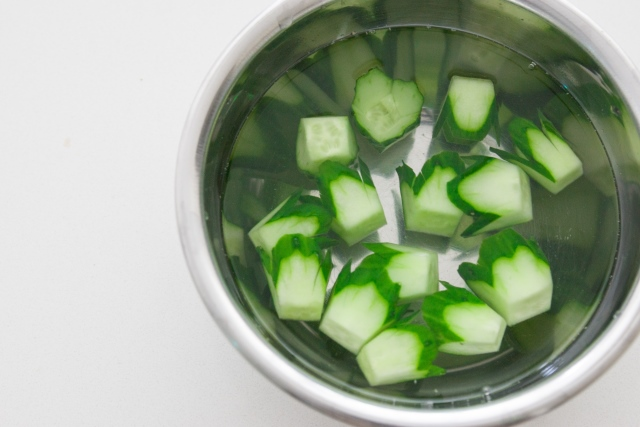 Drain the cucumber cups and dry with paper towels.