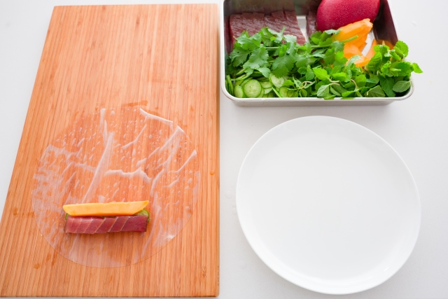 >Prepare a plate larger than the wrappers and fill it with water.