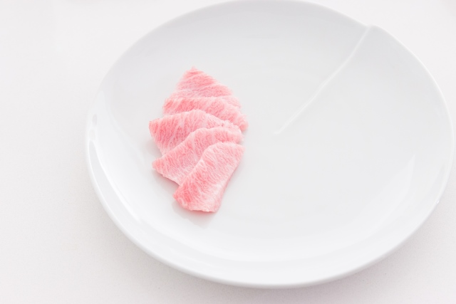 Slice the otoro into 10 slices using a very sharp knife.