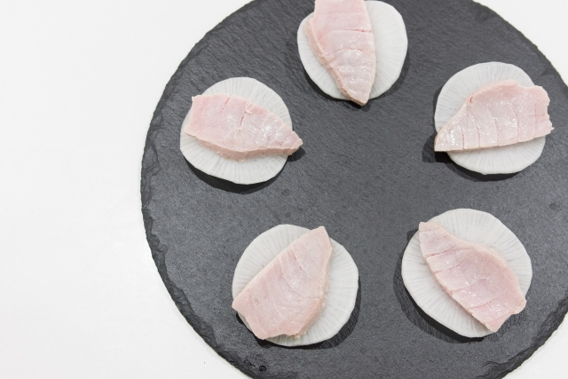 Transfer the tuna to a paper towel lined plate and repeat with the rest of the tuna.
